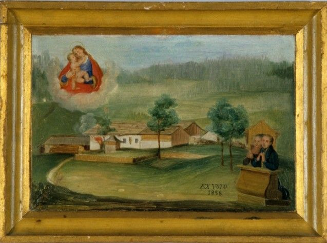 Ein Feuer wütet in einem Bauernhof, die Maria mit Kind wacht über der Szene