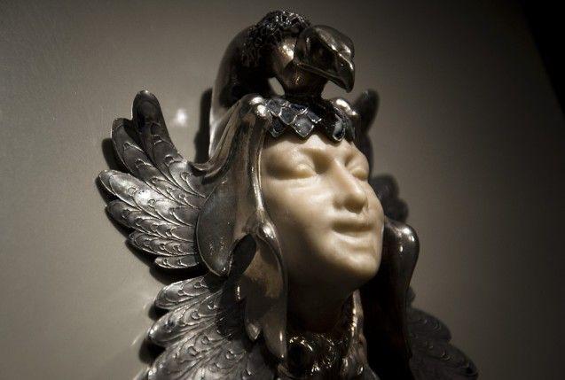 """Brustschmuck """"Weibliche Maske mit Pfau"""" von René Lalique, Paris, 1898-1900. Foto: Fabian Fröhlich"""