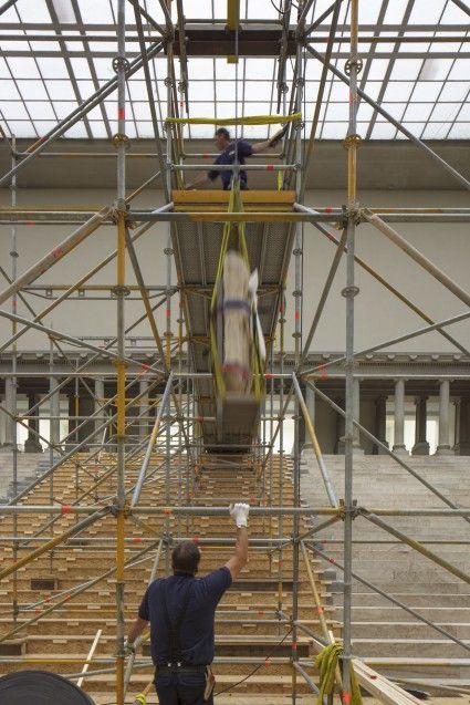 Abseilen der Friesplatten oberhalb der Freitreppe des Pergamonaltars. Foto: Peter Thieme