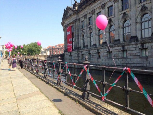 Rosa Luftballons weisen den Weg. Foto: Adriane Wachholz