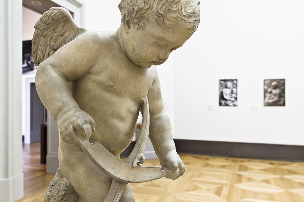 """François Duquesnoy, Bogenschnitzender Amor, Gipsabguss, vor 1945. Aufstellung in der Ausstellung """"Das verschwundene Museum"""". Foto: Fabian Fröhlich"""