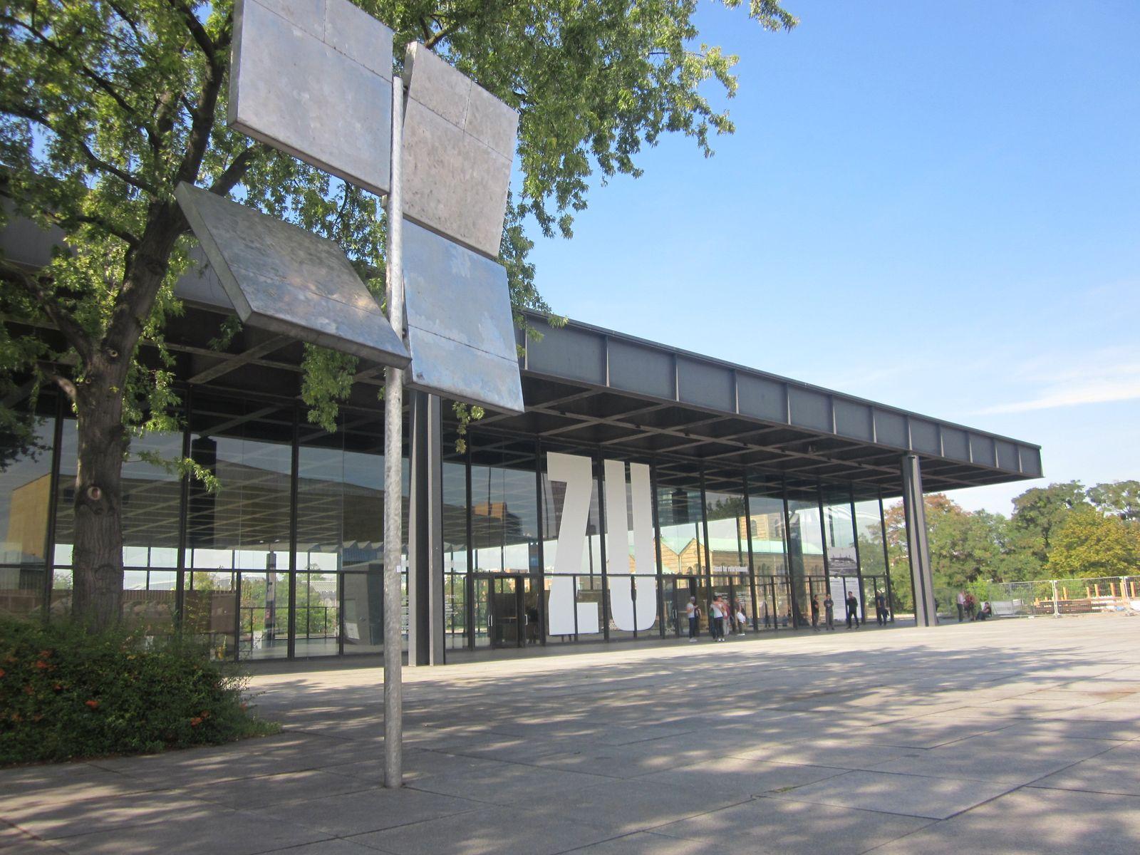 Die Neue Nationalgalerie ist zurzeit wegen einer Sanierung geschlossen. Gestern erstrahlte sie nicht nur von außen noch einmal im Sonnenlicht.