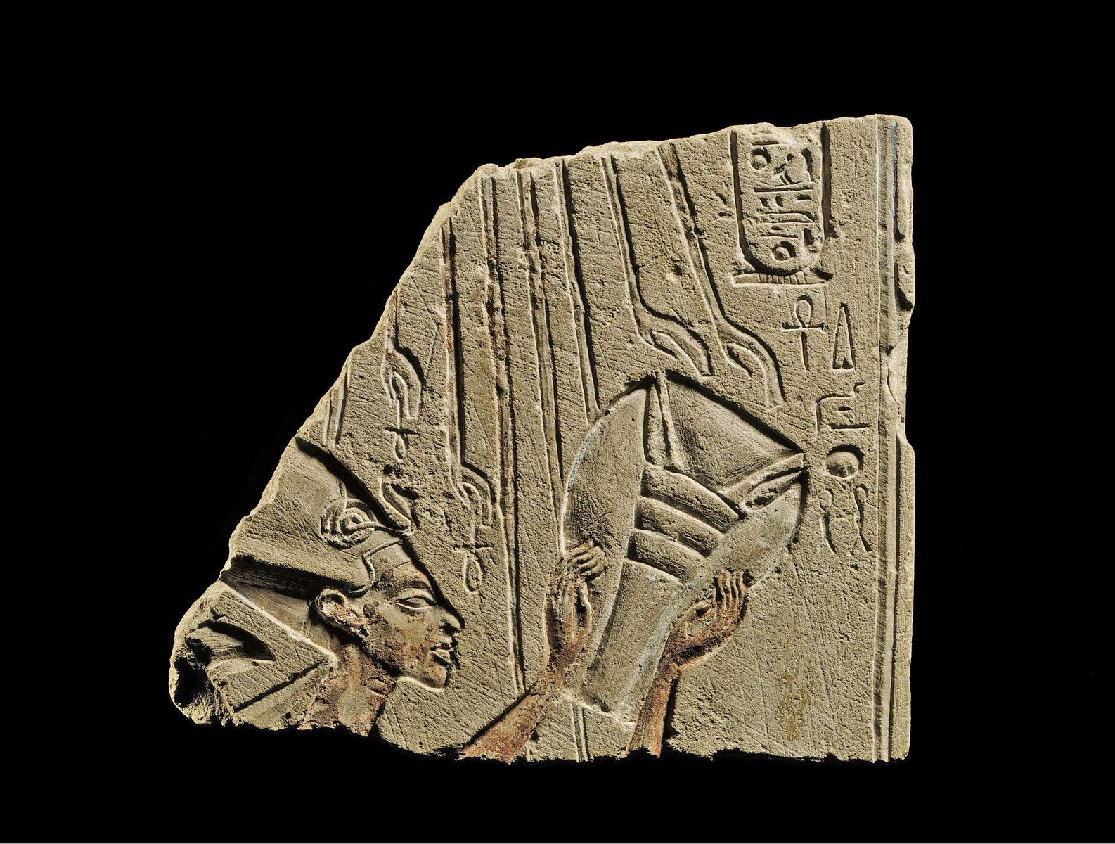 König Echnaton beim Opfer vor Aton © Staatliche Museen zu Berlin, Ägyptisches Museum und Papyrussammlung / J. Liepe