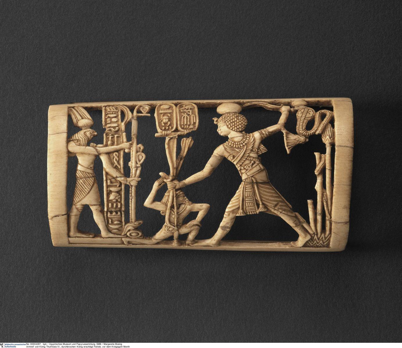Armschutz von König Thutmosis IV., Feinde vor dem Kriegsgott Month erschlagend © Staatliche Museen zu Berlin, Ägyptisches Museum und Papyrussammlung / M. Büsing