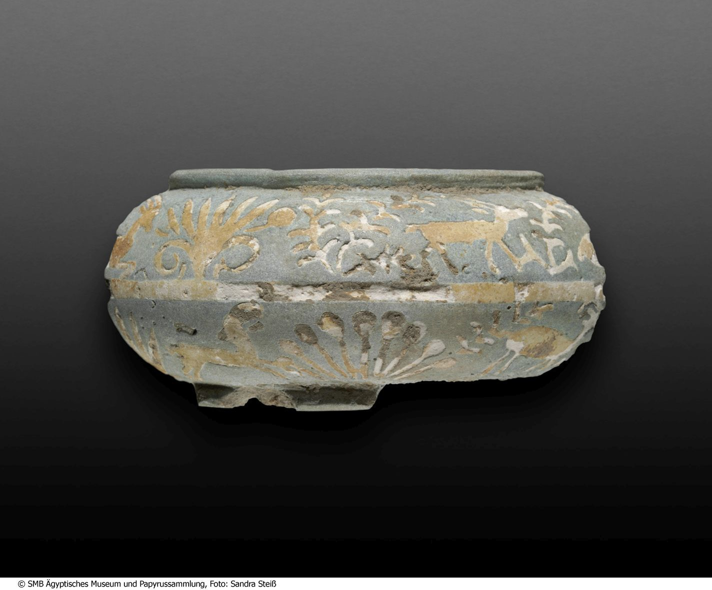 Fragment eines Armreifens: Dekoration aus Steinböcken und Pflanzen © Staatliche Museen zu Berlin, Ägyptisches Museum und Papyrussammlung / S. Steiß