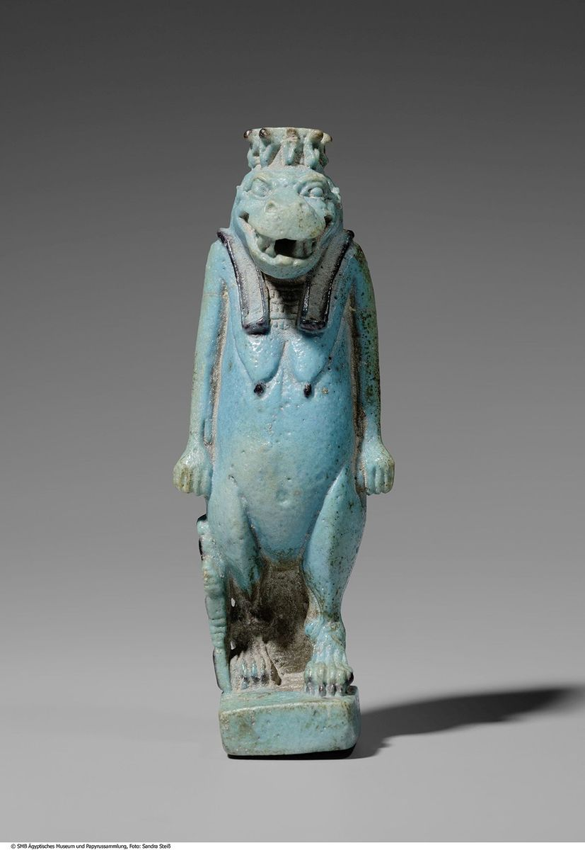 Statuette der Göttin Thoeris aus Fayence © Staatliche Museen zu Berlin, Ägyptisches Museum und Papyrussammlung / S. Steiß