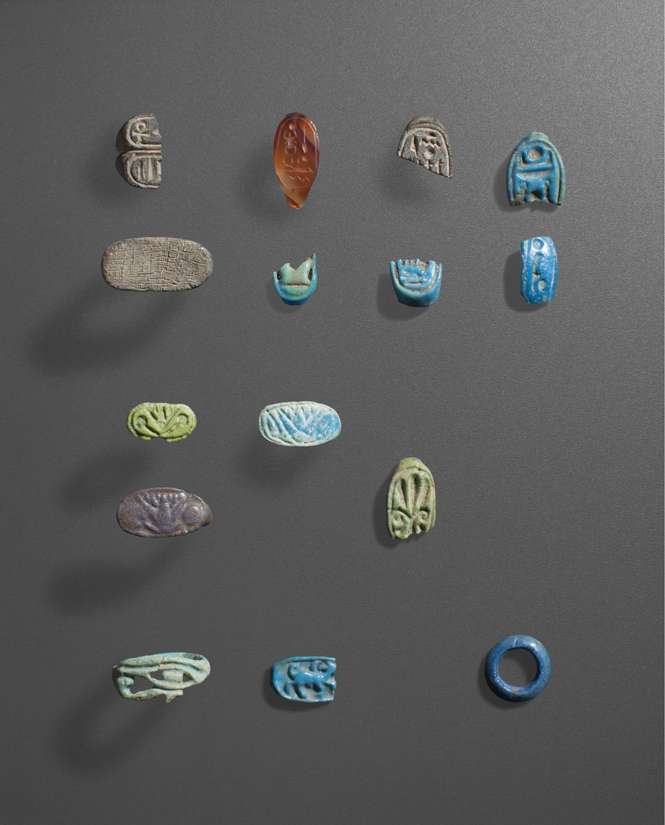 Bruchstücke von Finderringen aus verschiedenfarbiger Fayence mit unterschiedlichen Motiven © Staatliche Museen zu Berlin, Ägyptisches Museum und Papyrussammlung / S. Steiß