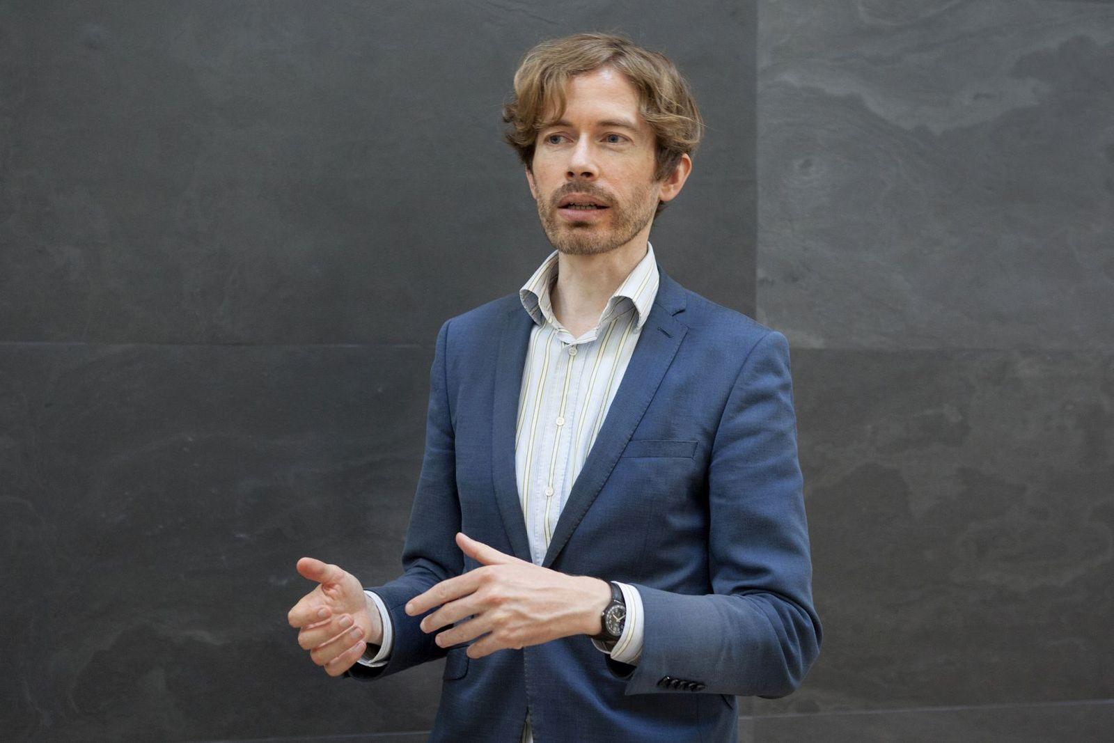"""Ruben Rebmann führt durch die Ausstellung """"The Botticelli Renaissance"""" in der Gemäldegalerie. Foto: Juliane Eirich"""