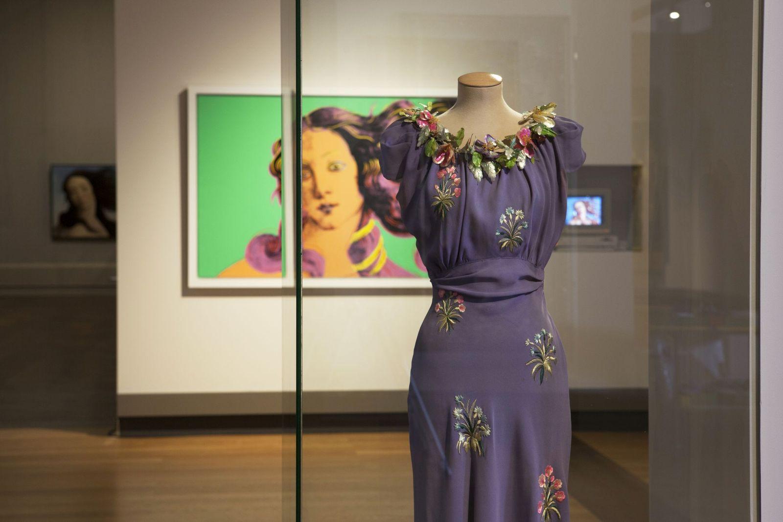 Blick in die Ausstellung mit Elsa Schiaparelli, Andy Warhol und anderen. Foto: Juliane Eirich