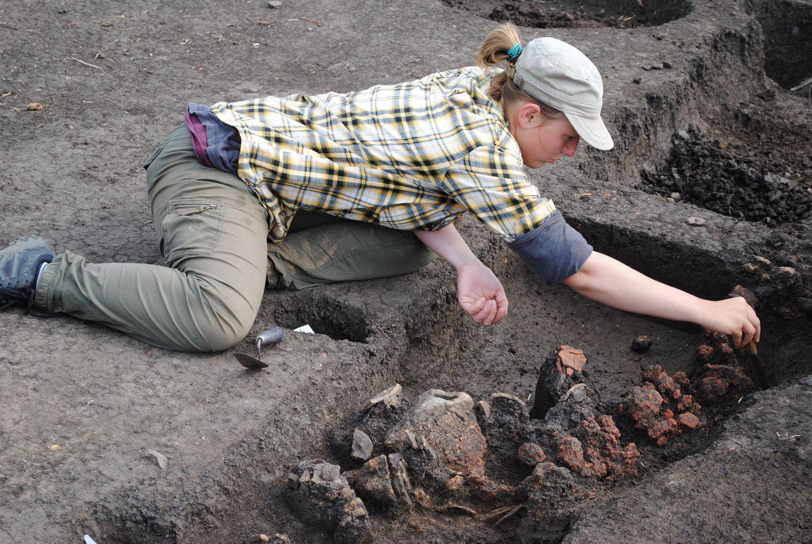 Eine Archäologin bei der Arbeit. Foto: Bernhard Heeb