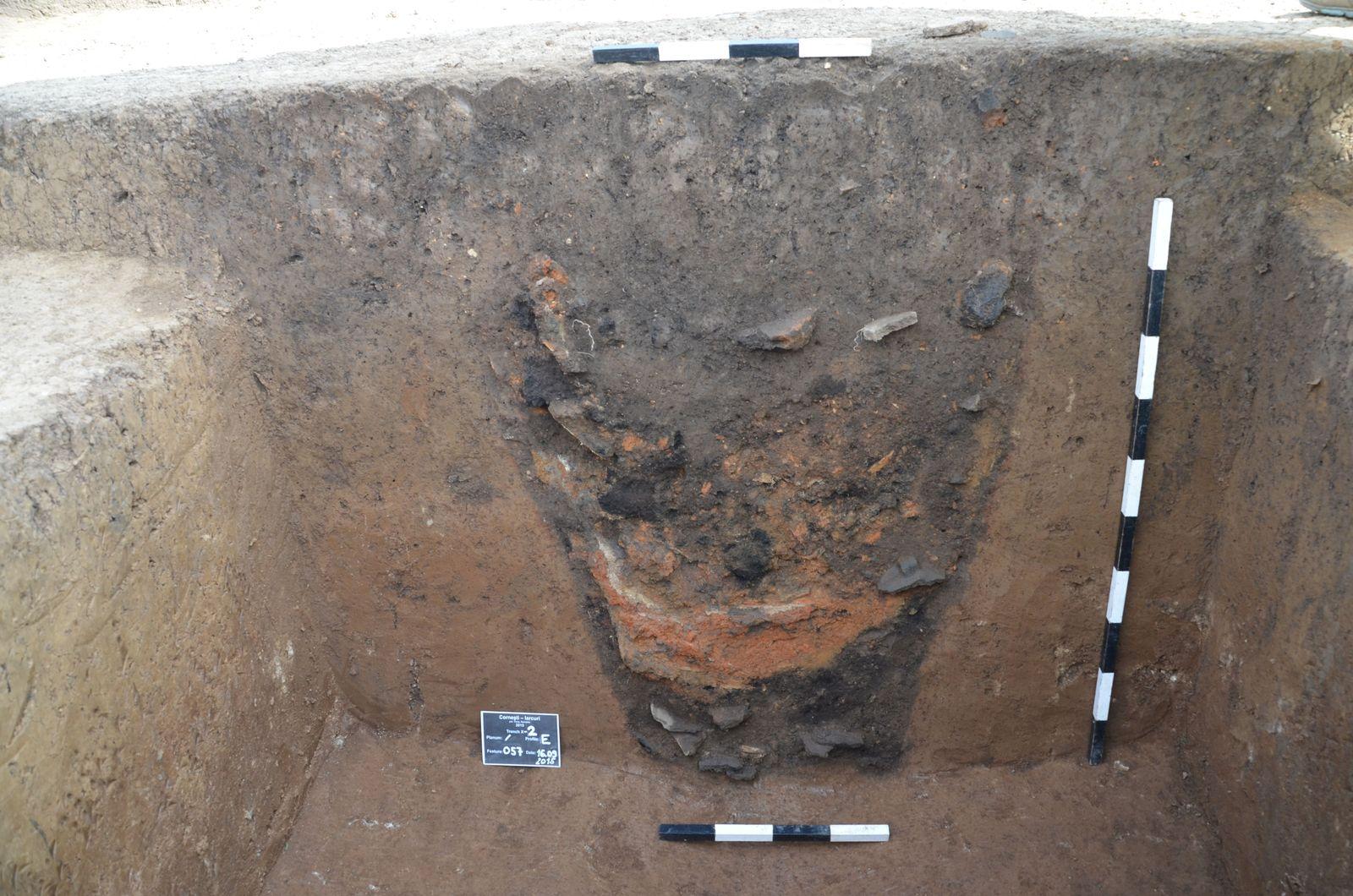 Oft sind prähistorische Bauten, Pfostenlöcher oder Anlagen nur noch als Verfärbungen des Erdreichs erkennbar, so wie in diesem Grubenprofil. Foto: Bernhard Heeb