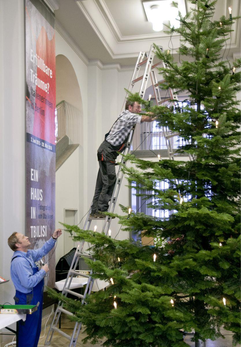 Die Lichterkette ist natürlich das Wichtigste an einem ordentlichen Weihnachtsbaum. © Staatliche Museen zu Berlin, Museum Europäischer Kulturen / Ute Franz-Scarciglia