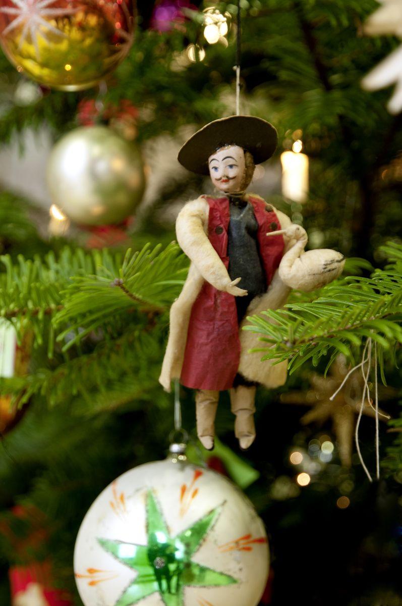 Historischer und regionaler europäischer Weihnachtsschmuck ziert den Baum. © Staatliche Museen zu Berlin, Museum Europäischer Kulturen / Ute Franz-Scarciglia