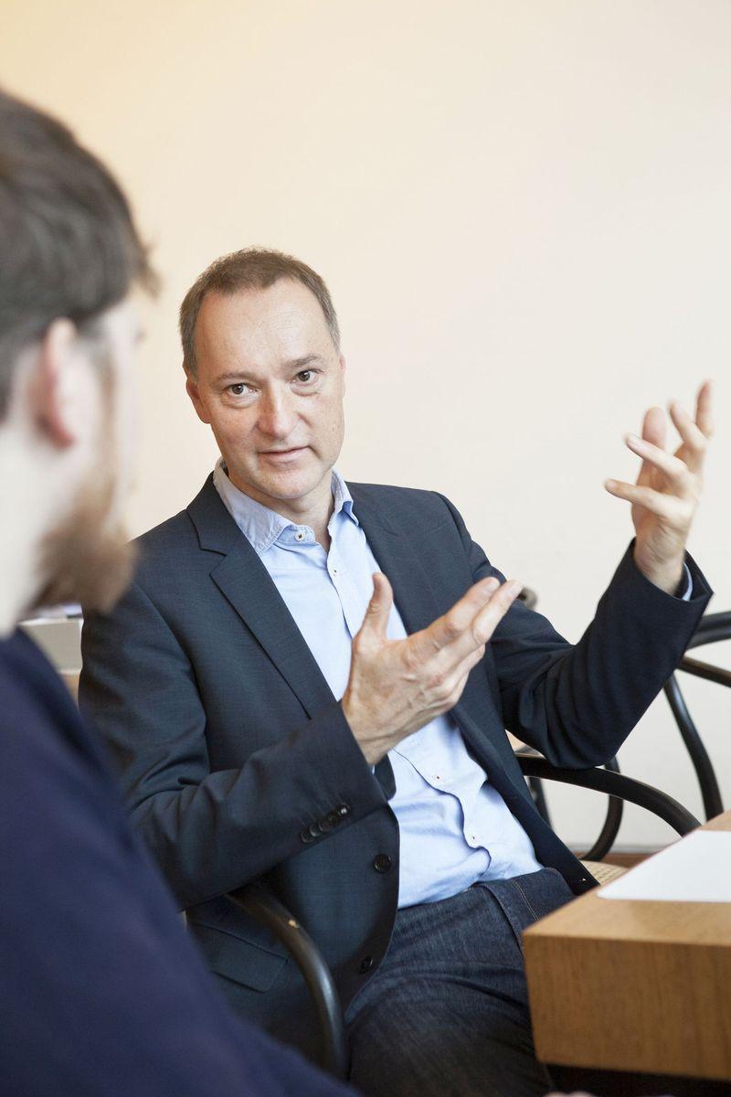 Joachim Jäger, Leiter der Neuen Nationalgalerie, im Gespräch. Foto: Juliane Eirich