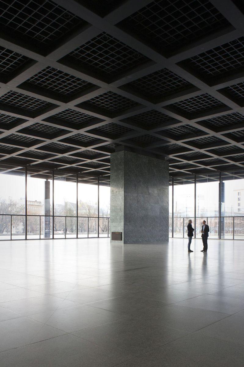Die berühmte obere Halle der Neuen Nationalgalerie wird bis auf ihr Stahlskelett demontiert. Foto: Juliane Eirich
