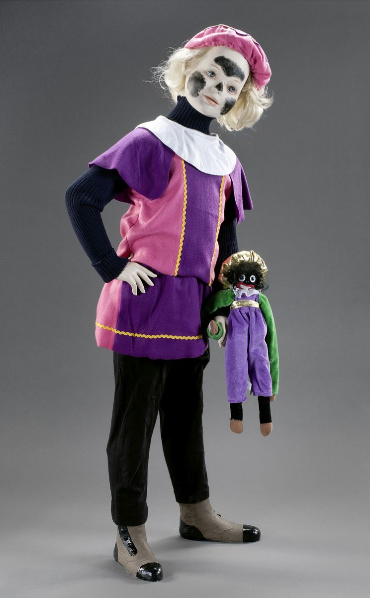 """Schwarze Stirn, schwarze Bäckchen: Nach heftigen, anhaltenden gesellschaftlichen Kontroversen wird heute das schwarze Gesicht beim """"Zwarte Piet"""" oft nur noch angedeutet. © Staatliche Museen zu Berlin, Museum Europäischer Kulturen / Ute Franz-Scarciglia"""
