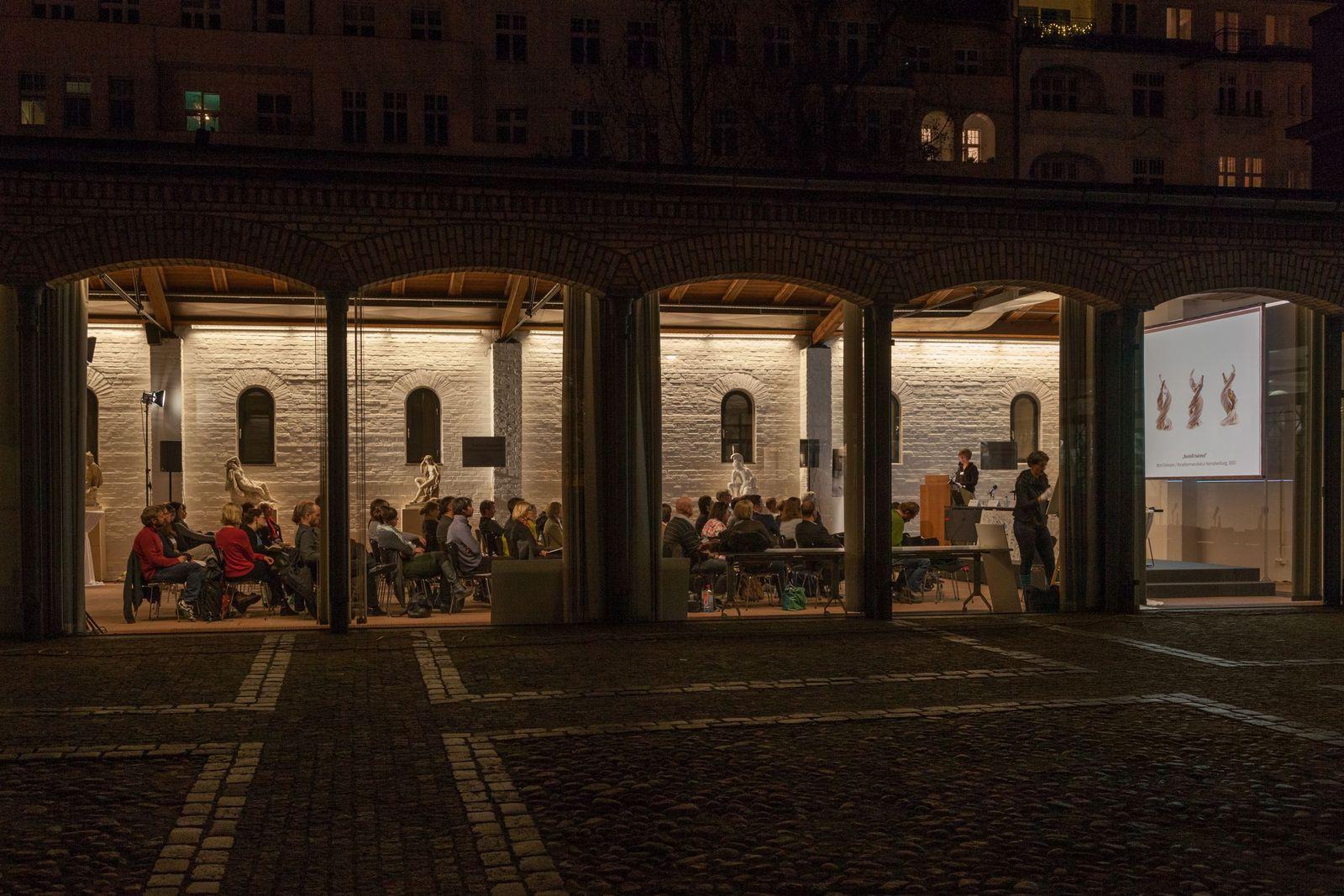 Vorträge bis in den frühen Abend: Das Symposium zur Gipsformerei fand in der Remise der Sammlung Scharf-Gerstenberg in Charlottenburg statt. Foto: Achim Kleuker