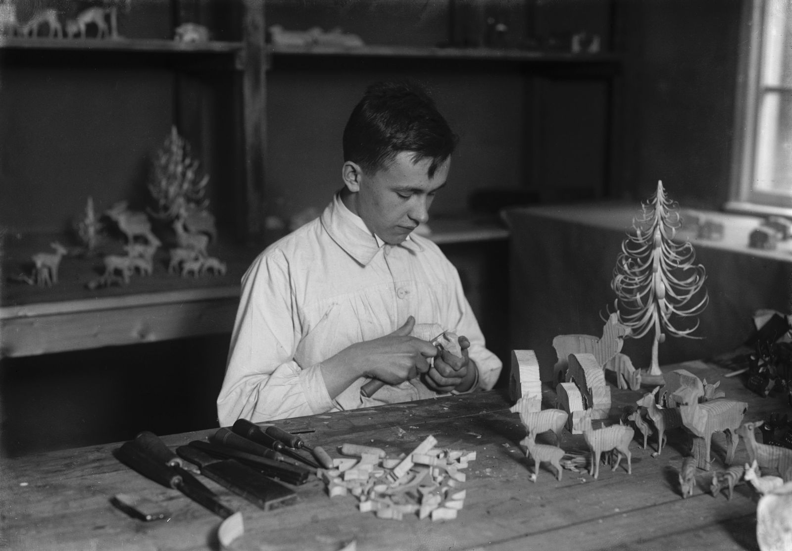 """""""Schüler beim Schnitzen der Tierfiguren"""" (1925). (c) bpk / Kunstbibliothek, SMB, Photothek Willy Römer / Willy Römer"""