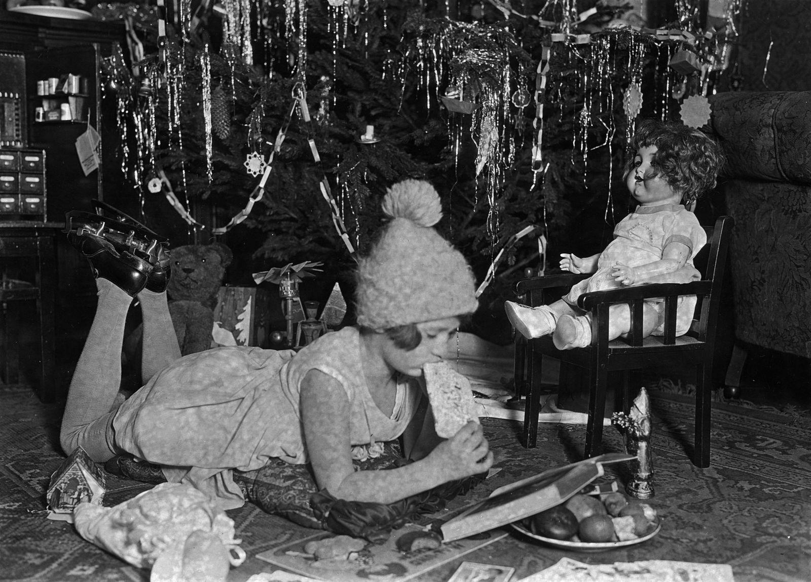 """""""Weihnachtsgeschenke"""" (1930) (c) bpk / Kunstbibliothek, SMB, Photothek Willy Römer / Willy Römer"""