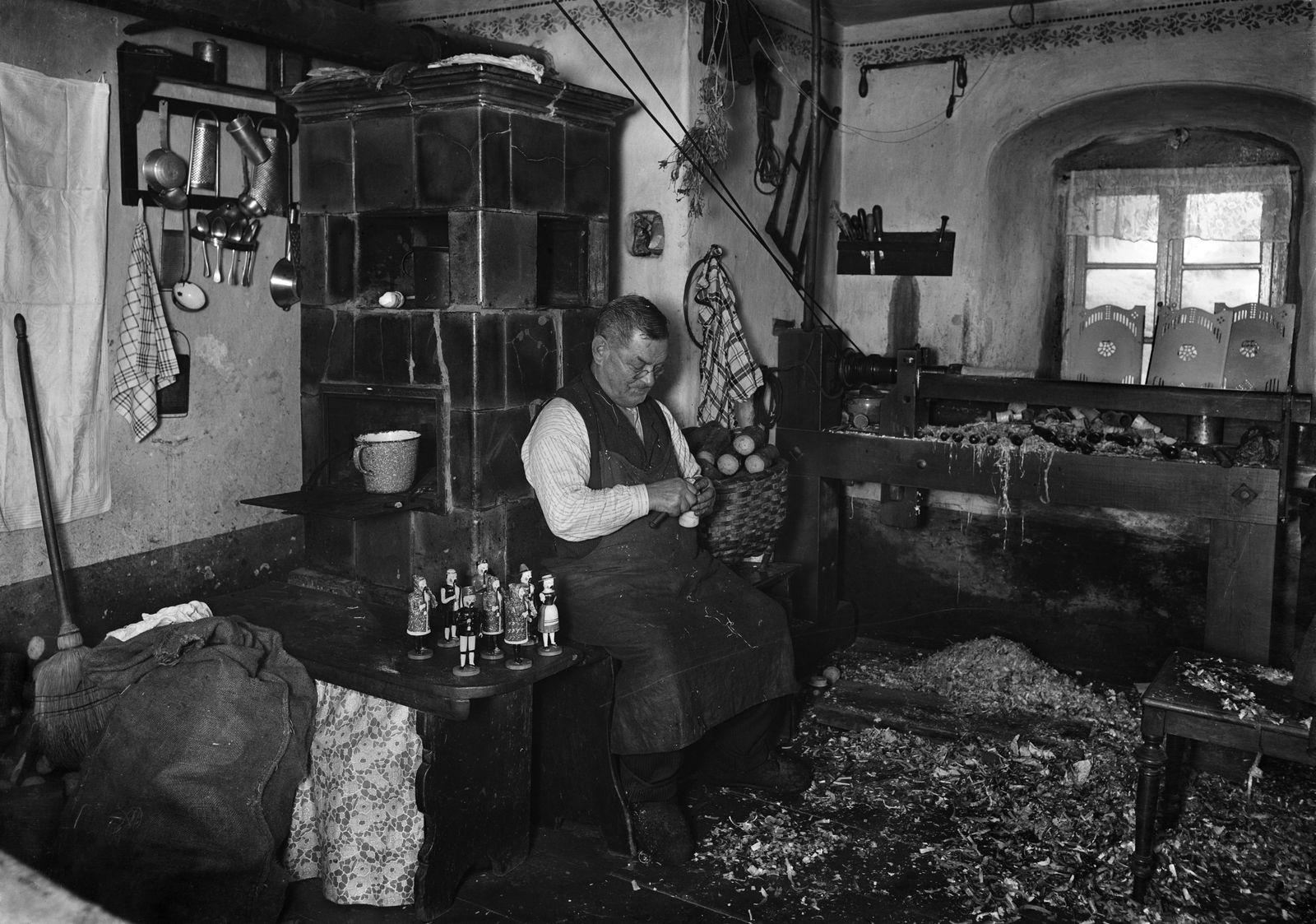 """""""Räuchermännchen sind seine Spezialität"""" (1924). (c) bpk / Kunstbibliothek, SMB, Photothek Willy Römer / Willy Römer"""