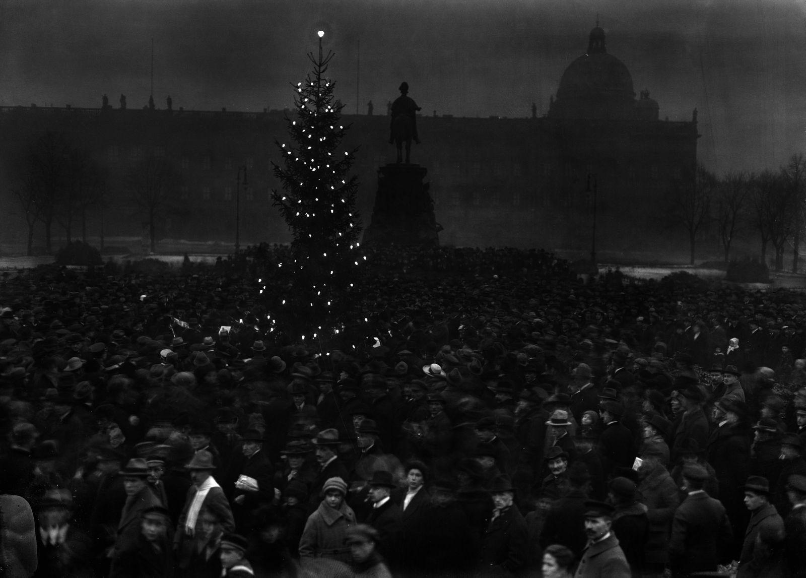 """""""Im Berliner Lustgarten brannte ein großer Lichterbaum und eine Musikkapelle spielte Weihnachtslieder (24.12.1918)."""" (c) bpk / Kunstbibliothek, SMB, Photothek Willy Römer / Willy Römer"""