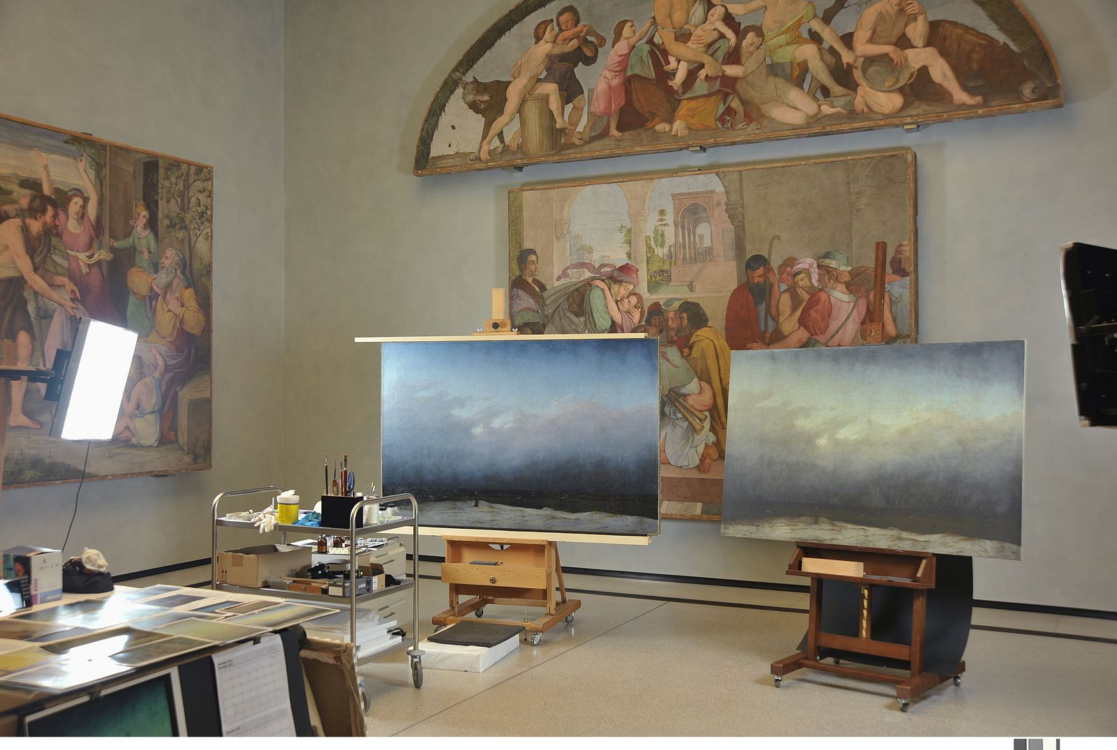 Casa Bartholdy-Saal in der Alten Nationalgalerie mit Mönch am Meer im Endzustand  (links) und Fototafel des Vorzustandes; Staatliche Museen zu Berlin, Nationalgalerie / Foto: Andres Kilger