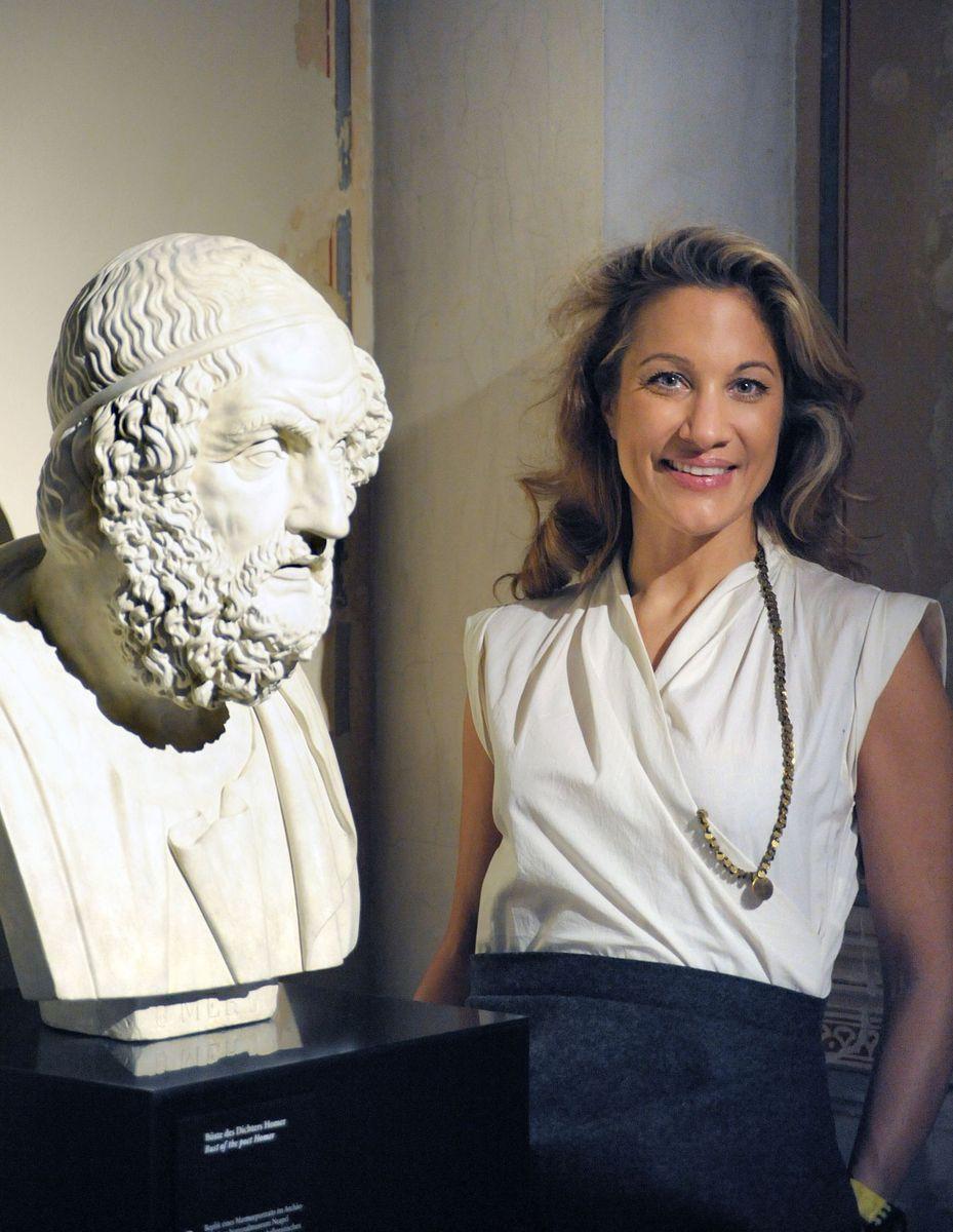 Joana Schliemann vor einer Statue von Homer. Foto: Martin Walz