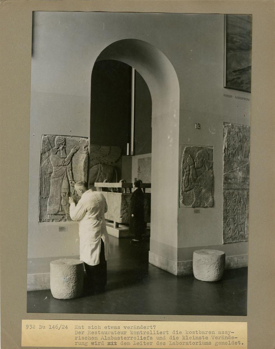 """""""Hat sich etwas verändert? Der Restaurateur kontrolliert die kostbaren assyrischen Alabasterreliefs und die kleinste Veränderung wird dem Leiter des Laboratoriums gemeldet."""" (c) Staatliche Museen zu Berlin, Rathgen-Forschungslabor"""