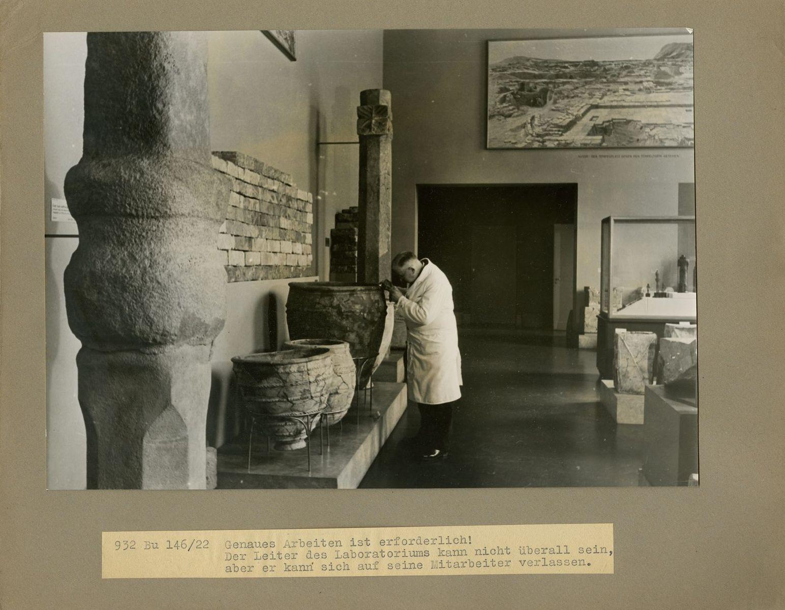 """""""Genaues Arbeiten ist erforderlich! Der Leiter des Laboratoriums kann nicht überall sein, aber er kann sich auf seine Mitarbeiter verlassen.""""  (c) Staatliche Museen zu Berlin, Rathgen-Forschungslabor"""