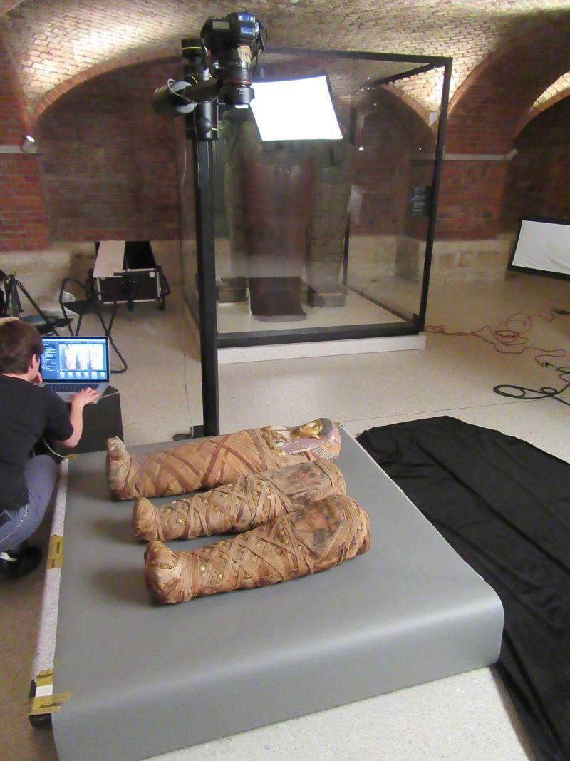 Die Fotografin bei der Arbeit… © Staatliche Museen zu Berlin, Ägyptisches Museum und Papyrussammlung