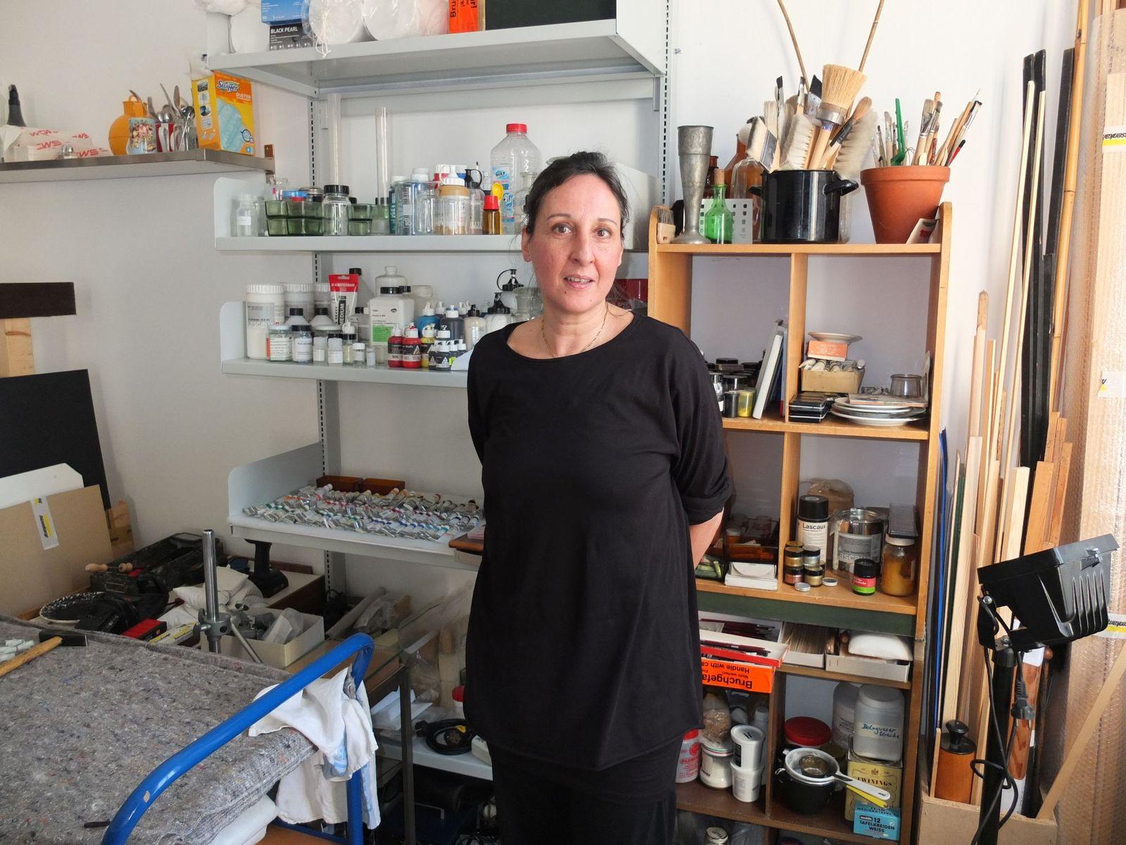 Die Restauratorin Hana Streicher an ihrem neuen Arbeitsplatz im Hamburger Bahnhof. Foto: schmedding.vonmarlin.