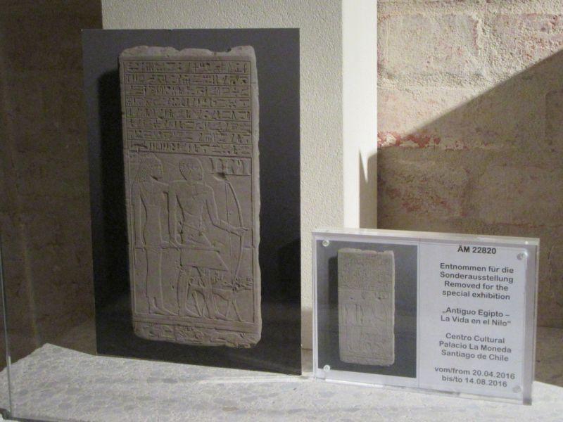 Für die im Museum entnommenen Objekte werden Ersatzaufsteller in die Vitrinen eingebracht. Wenn größere Objekte entnommen wurden, können zusätzlich zu den informativen Ersatzaufstellern Faksimiles der Originale aufgestellt werden.  © Staatliche Museen zu Berlin, Ägyptisches Museum und Papyrussammlung