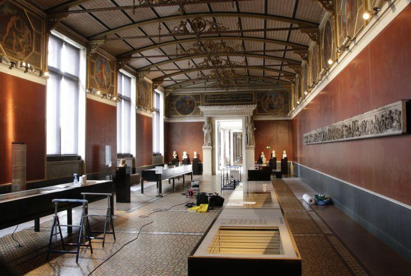 Der Niobidensaal wartet mit geöffneten Vitrinen darauf, dass die Wartungsarbeiten beginnen.  © Staatliche Museen zu Berlin, Ägyptisches Museum und Papyrussammlung
