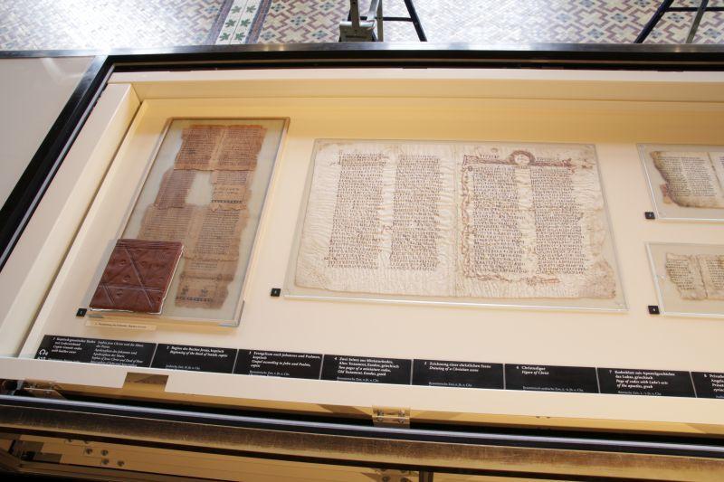 Die Restauratorinnen und die Depotverwalterin nutzen die Wartungsarbeiten auch, um Arbeitsfotos der Tablare für die Datenbank anzufertigen.  © Staatliche Museen zu Berlin, Ägyptisches Museum und Papyrussammlung