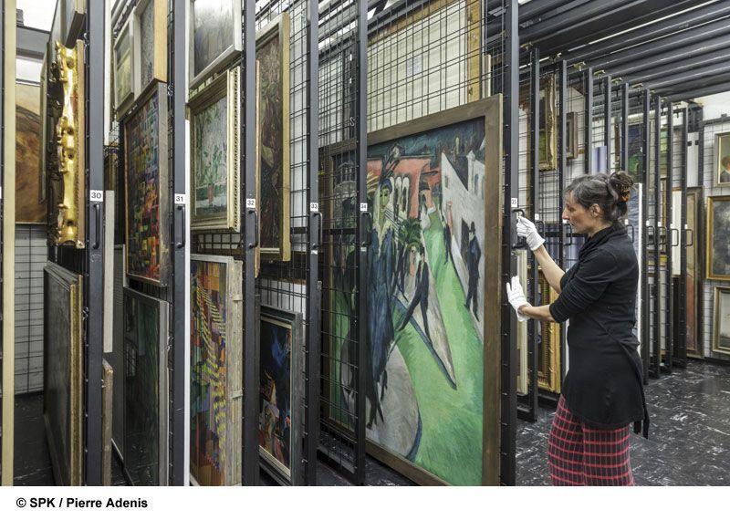 Hana Streicher im Depot der Neuen Nationalgalerie vor der Sanierung. (c) SPK, Pierre Adenis