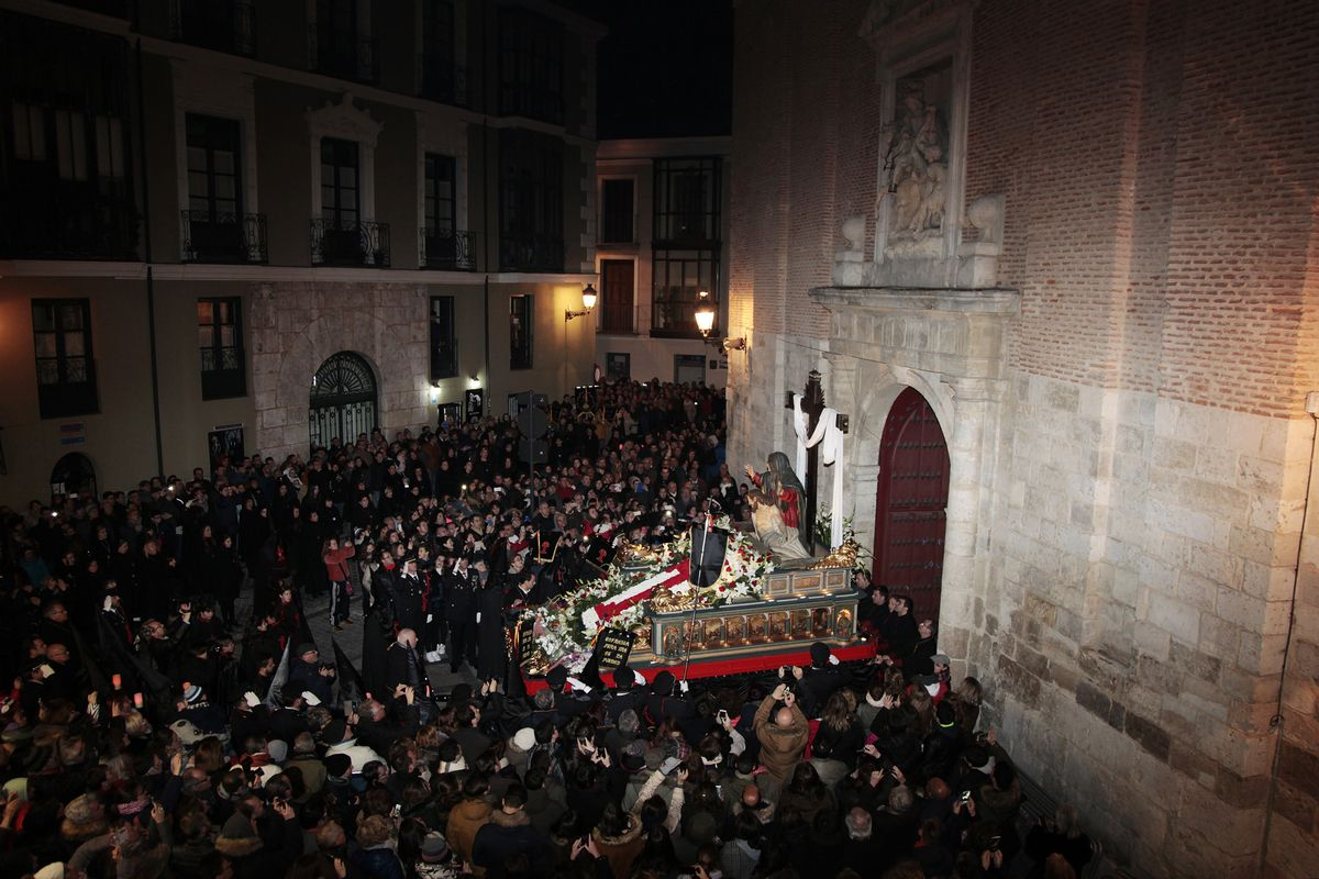 Paso La Quinta Angustia (Gregorio Fernández, 1625) leaving the San Martin Church with the Cofradia Nuestra Señora de la Piedad. Wednesday 23rd March - Piedad Procession.