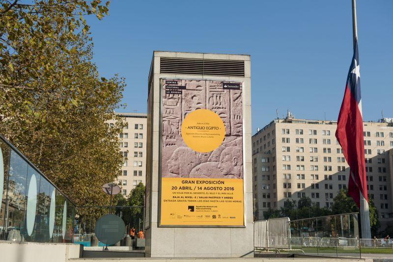 Plakat der Ausstellung  vor dem Centro Cultural La Moneda, in Santiago de Chile © Centro Cultural La Moneda