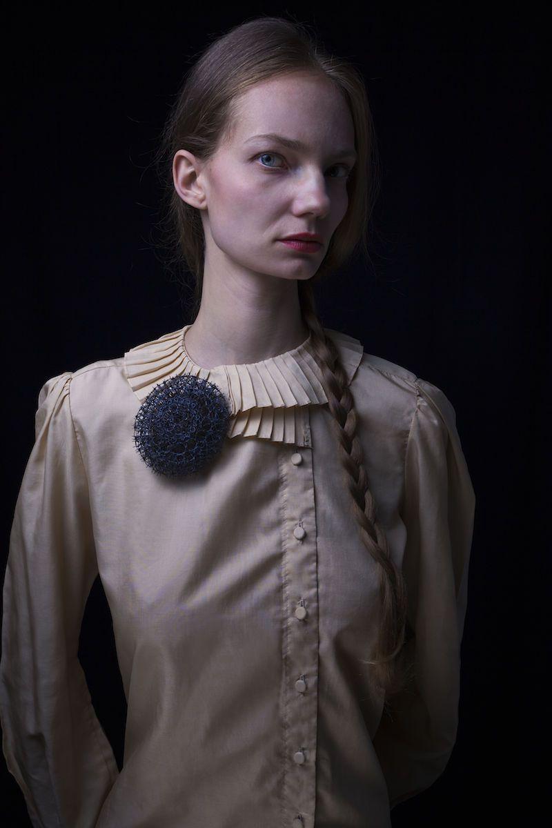Brosche von Bettina Dittlmann: o. T., 2012; Foto: Rene Arnold