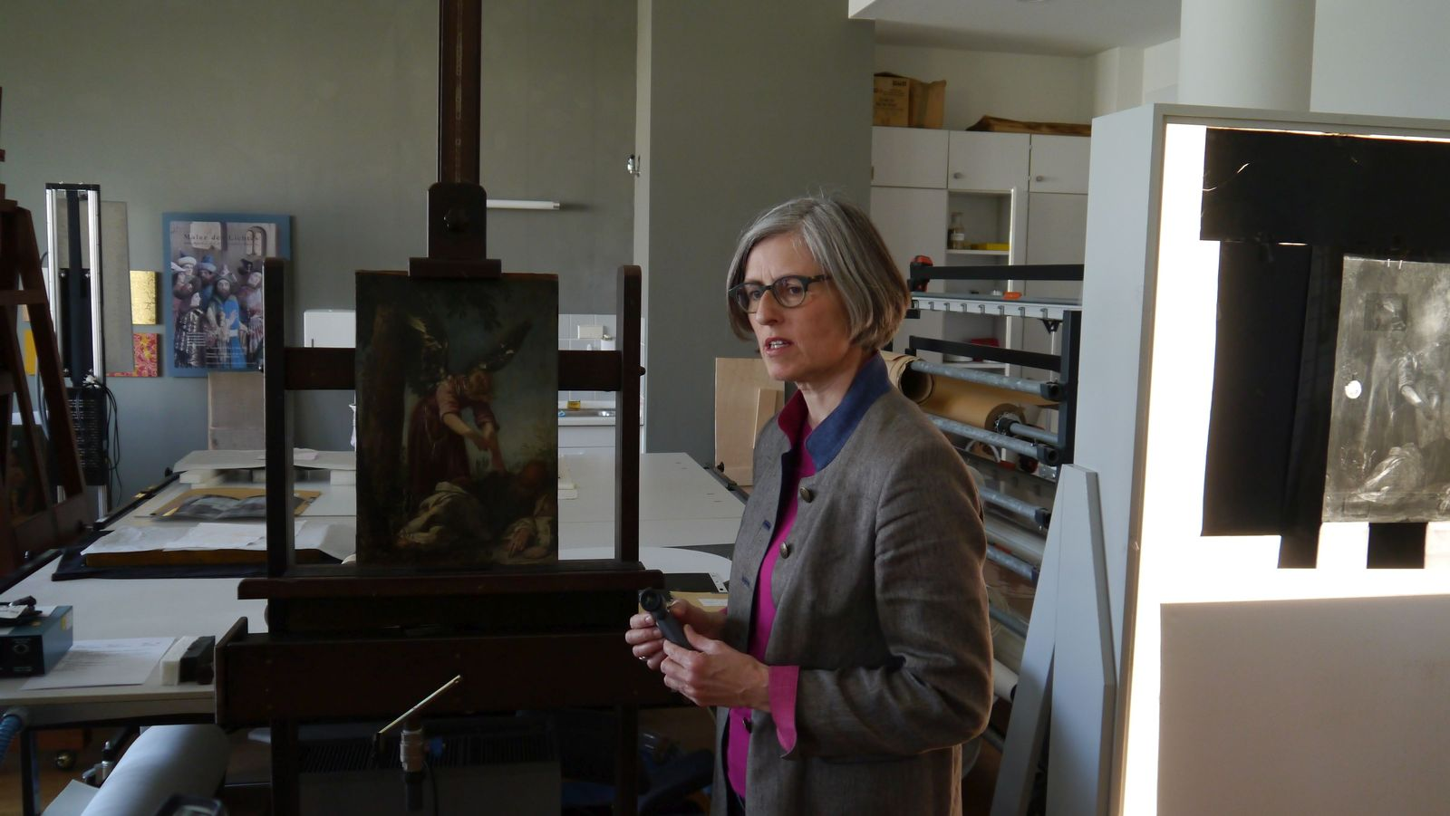 Babette Hartwieg, die Leiterin der Restaurierungswerkstatt, berichtet von der Untersuchung des Gemäldes. Foto: SMB / Sven Stienen