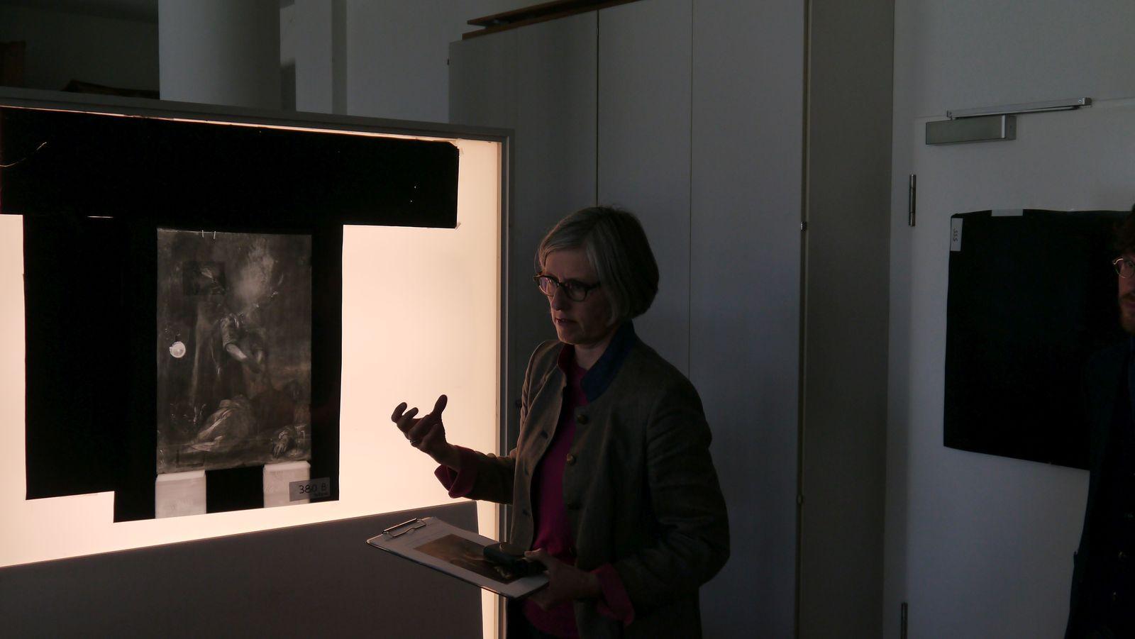"""""""Bei der Überprüfung einer Röntgenaufnahme des Bildes entdeckten wir eine Fehlstelle"""", erklärt die Leiterin der Restaurierungswerkstatt, Babette Hartwieg, """"dabei handelte es sich um ein Schlüsselloch.""""  Foto: SMB / Sven Stienen"""