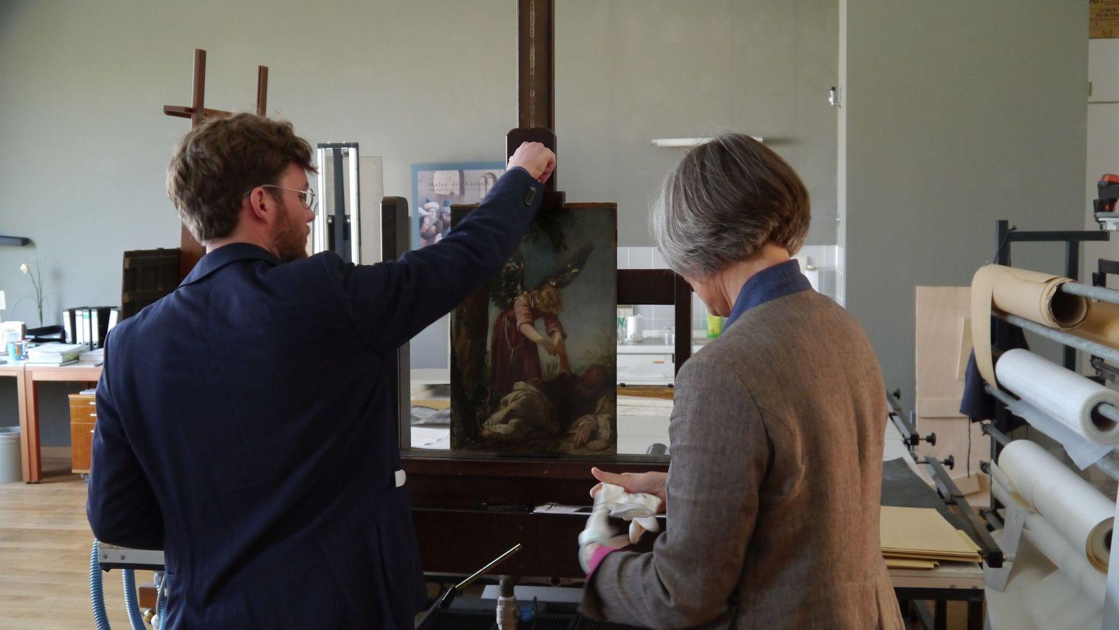 Um interessante Indizien auf der Rückseite zu zeigen, wird das Gemälde umgedreht. Foto: SMB / Sven Stienen