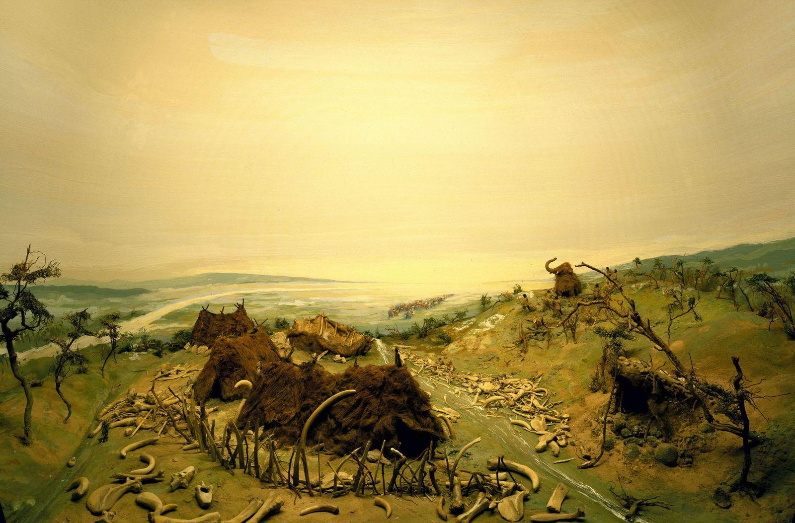 Ein Diorama zeigt die Rekonstruktion eines Mammutjägerlagers, nach Grabungsbefunden in Dolni-Vestonice/Unterwisternitz, Mähren, wo eine Jagdstation des Gravettien (ca. 31.000-25.000 v. Chr.) aufgedeckt wurde. So ähnlich könnten auch die Lager der Jäger ausgesehen haben, die in der Mitteleuropäischen Tundra unterwegs waren. (c) bpk / Museum für Vor- und Frühgeschichte, SMB / Jürgen Liepe