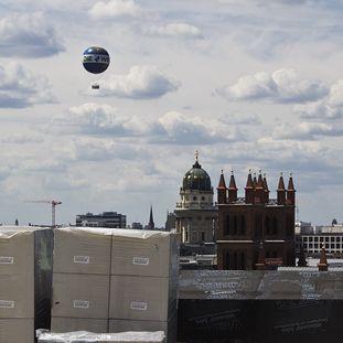 Blick von der Dachterrasse zum Französischen Dom und zur Friedrichswerderschen Kirche