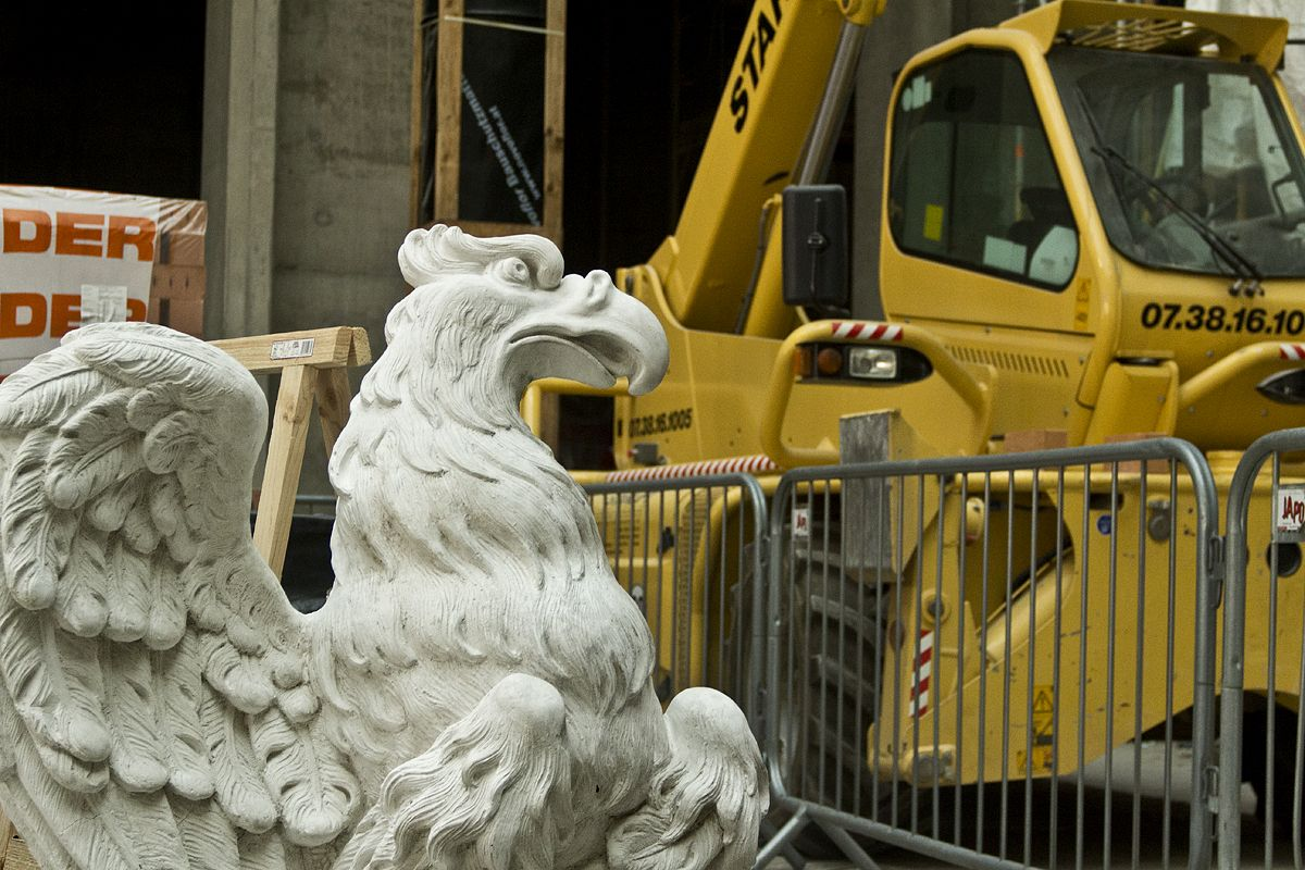 Tag der offenen Baustelle im Berliner Schloss 2016: Gipsmodell für einen Adler an der Fassade