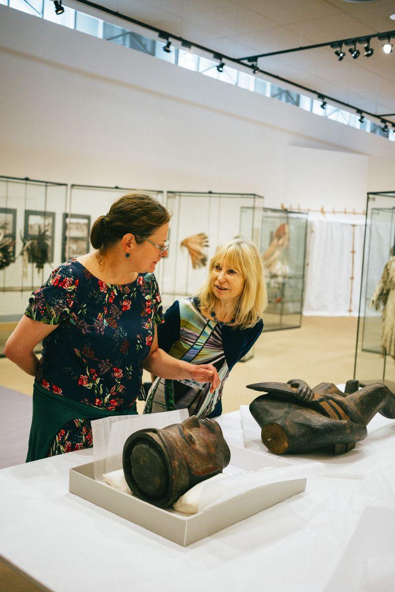 Viola König (re.) und Monika Zessnik mit einer amerikanischen Holzskulptur. Foto: Staatliche Museen zu Berlin / Daniel Hofer