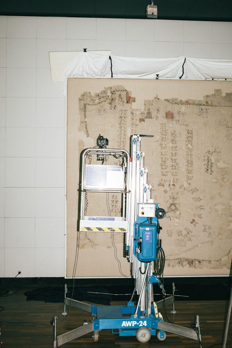 """Der """"Lienzo Seler II"""", ein mexikanischer Baumwoll-Teppich, wird derzeit umfassend untersucht und fotografisch dokumentiert. Foto: Staatliche Museen zu Berlin / Daniel Hofer"""