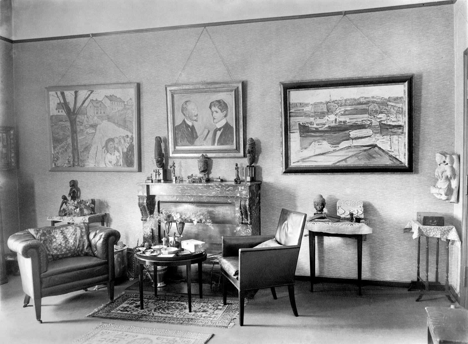 -Arbeitszimmer mit Gemälden von Edvard Munch, Wohnung Curt und Elsa Glaser, Prinz-Albrecht-Straße 8. Ca. 1930. Landesarchiv Berlin / Fotografin: Marta Huth