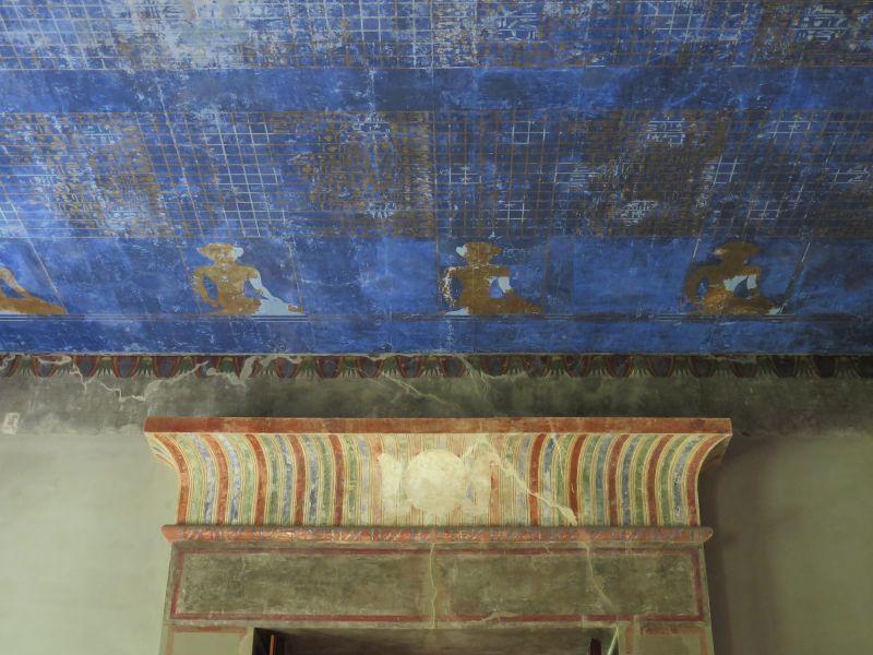 Fries eines der beiden Durchgangsportale des Mythologischen Saals mit einem Ausschnitt der Deckentapete © Staatliche Museen zu Berlin, Ägyptisches Museum und Papyrussammlung / C. Hanus