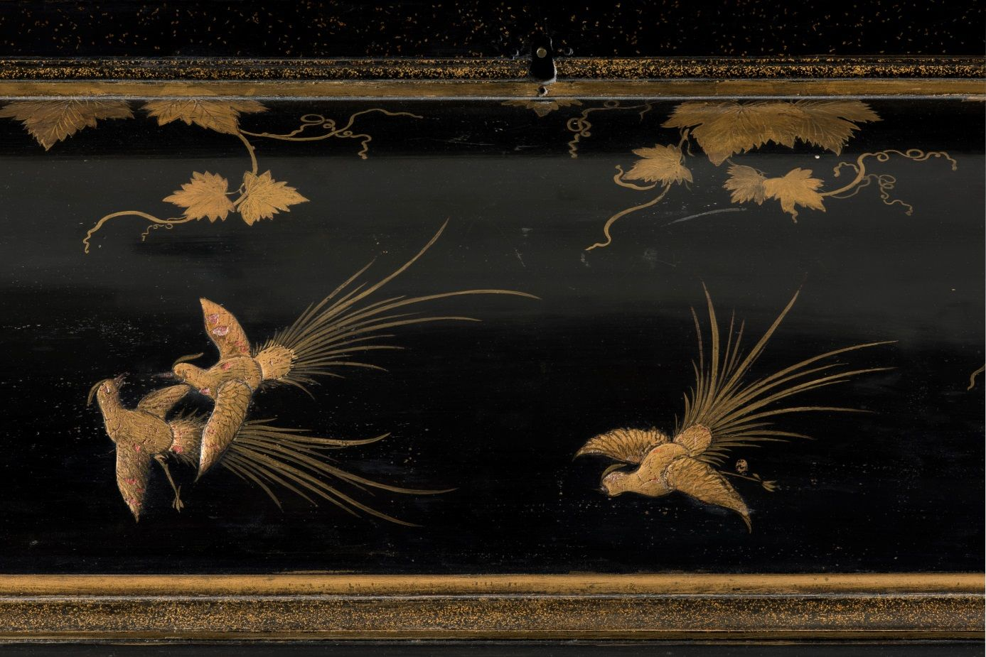 Detail vom Münzschrank: Gesims mit Weinranken und Vögeln © Staatliche Museen zu Berlin, Kunstgewerbemuseum / Tomasz Samek, Münster