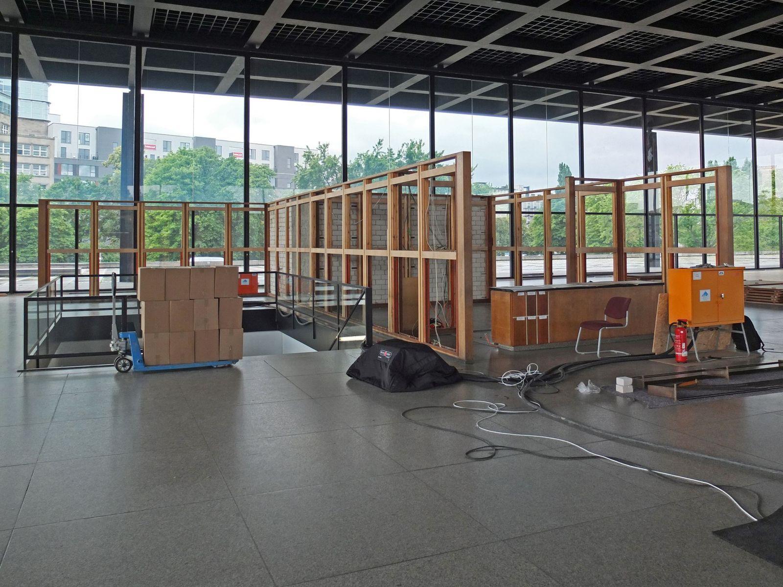 Die obere Halle der Neuen Nationalgalerie während der Demontagearbeiten. Foto: schmedding.vonmarlin